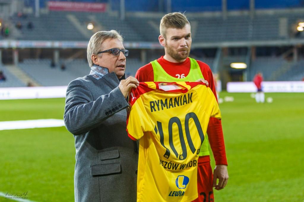 """Sto ligowych meczów """"Rymana"""" w Koronie. Kapitan odebrał pamiątkową koszulkę"""