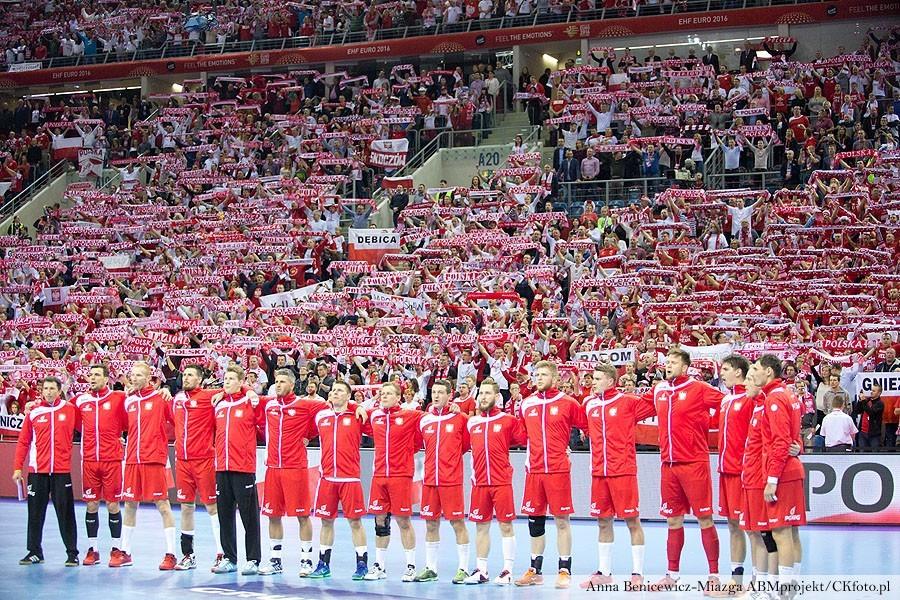 Świetne zachowanie Polaków. Dziękują kibicom (wideo)
