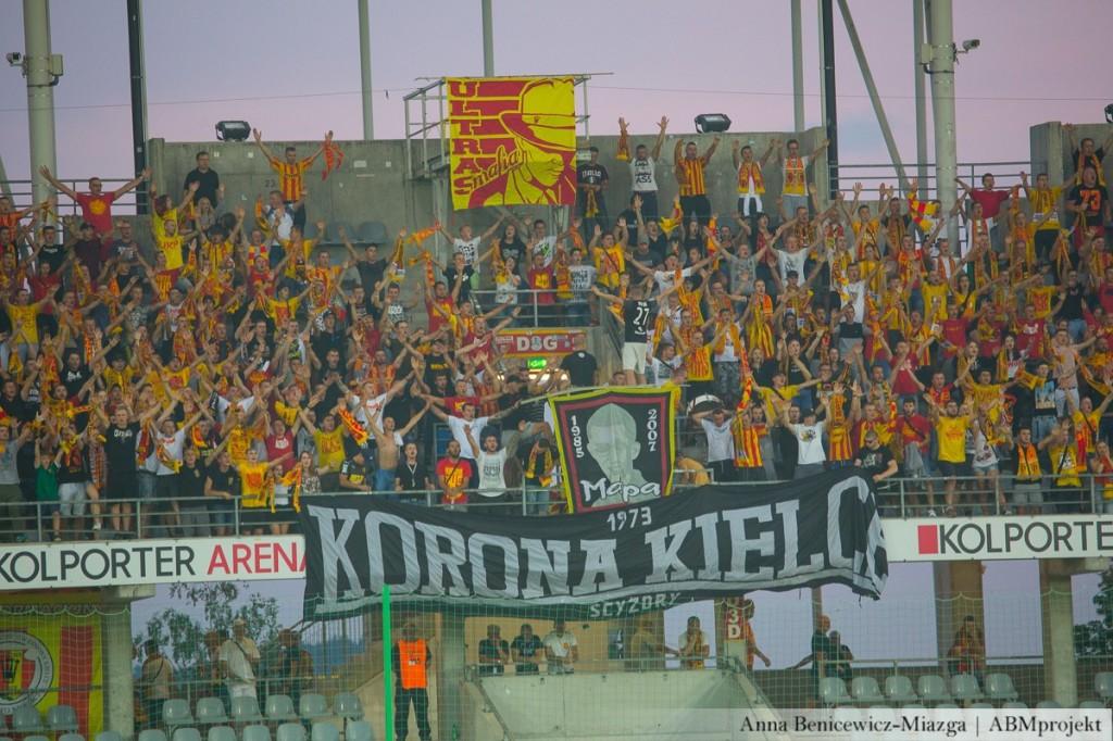 Kibice przywitali wracających z Krakowa piłkarzy pod stadionem. Było racowisko i głośny doping!