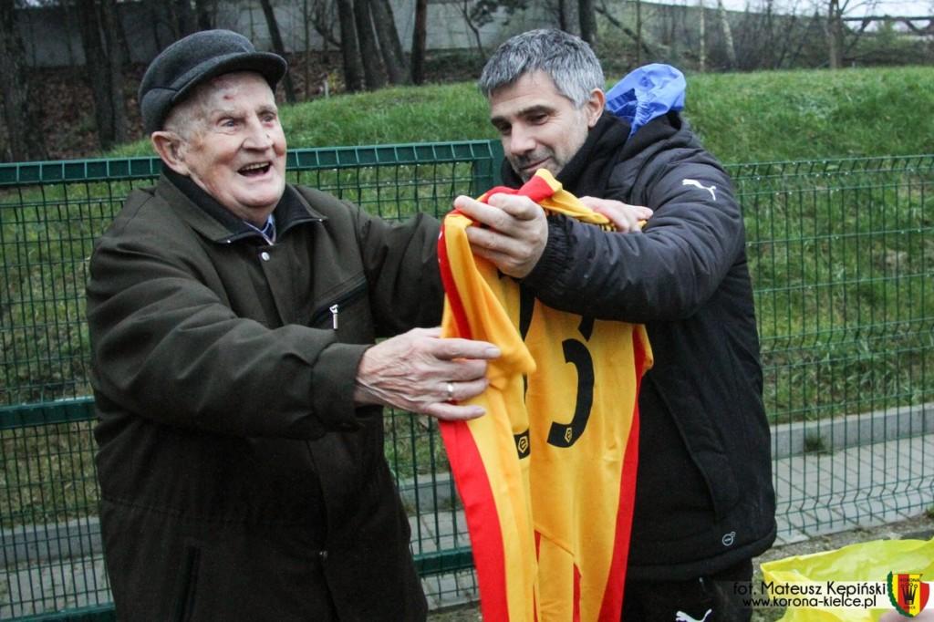 Pan Stanisław z koszulką Korony i zaproszeniem VIP (zobacz zdjęcia)