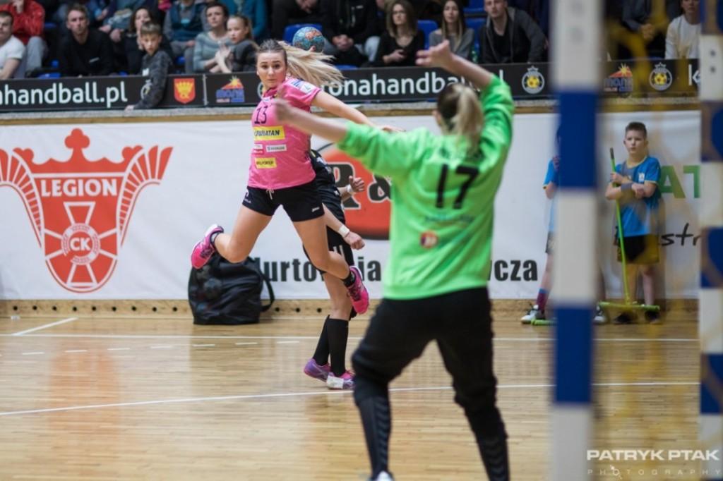 Korona Handball postawiła opór rywalkom, ale musiała uznać ich wyższość
