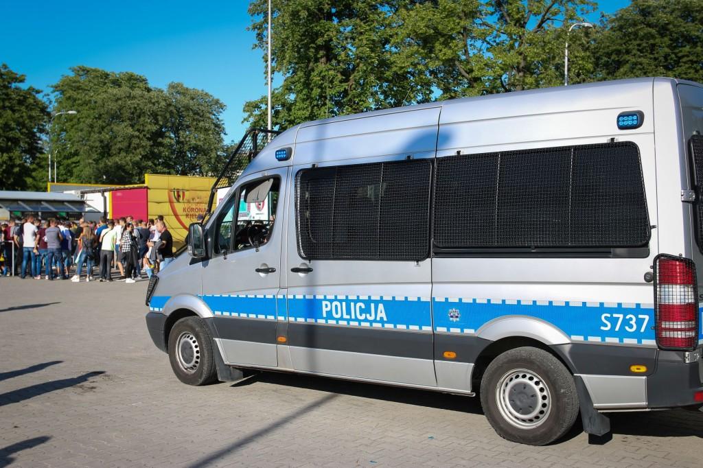 Mecz Korony z Piastem odbędzie się zgodnie z planem pomimo potężnych problemów policji