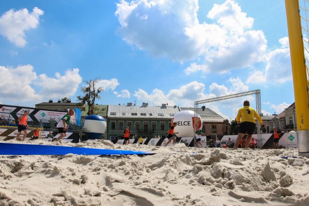 FOTO: Beach Soccer na kieleckim Rynku! Dzień pierwszy