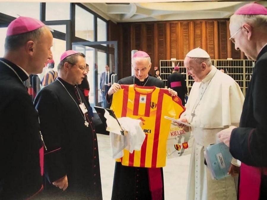 Korona Kielce w Watykanie! Papież Franciszek odebrał koszulkę z rąk kieleckiego biskupa
